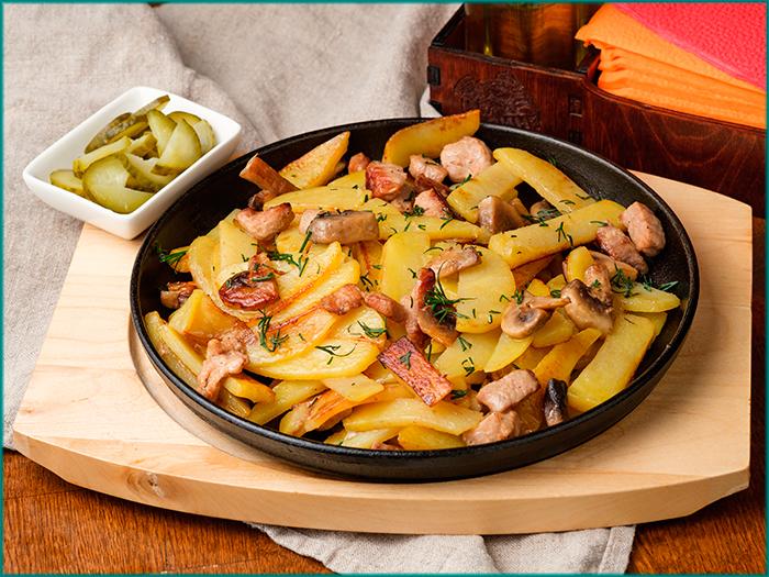 Картошка жаренная с мясом и грибами